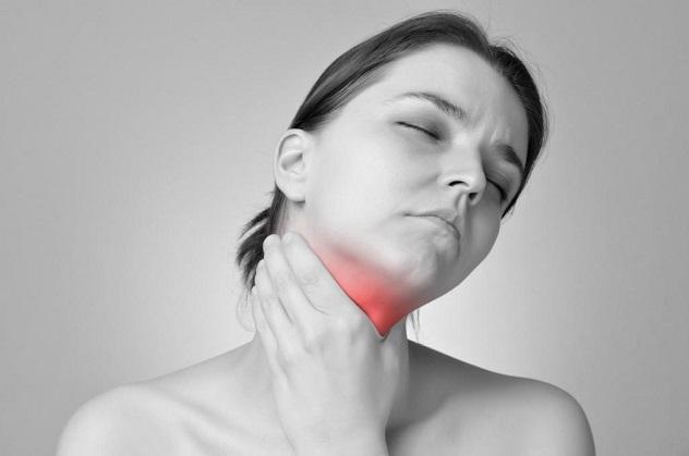 У женщины боль в горле