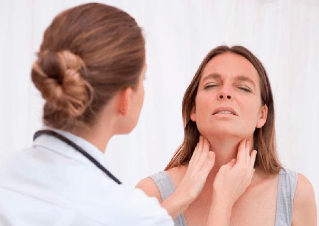 Врач осматривает горло пациентке