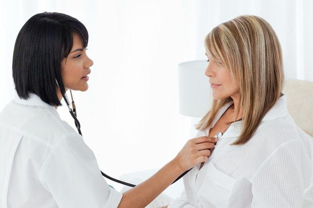 Пациентка на осмотре у доктора