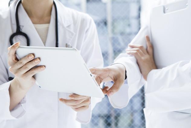 Два доктора обсуждают историю болезни пациента