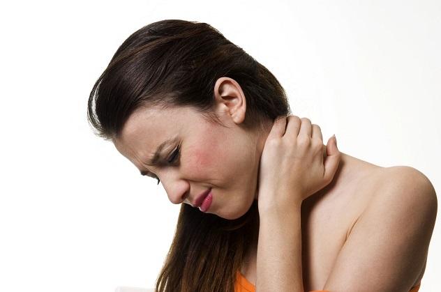 У девушки болит горло и шея