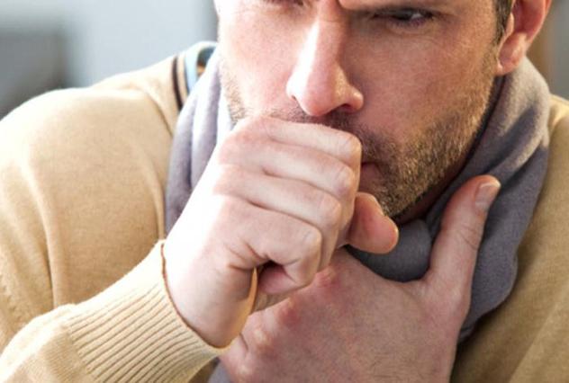 У мужчины кашель и болит горло