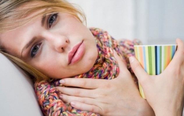 У девушки болит горло