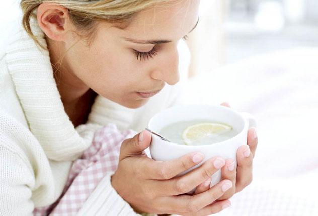 Девушка пьет чай с лимоном