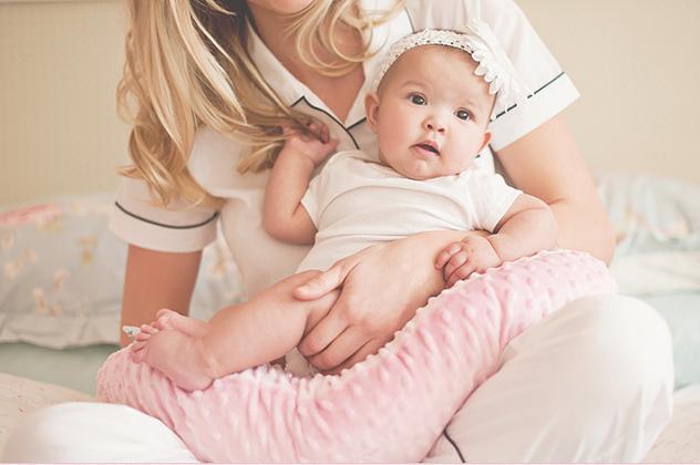 Мамочка держит на руках новорожденную девочку