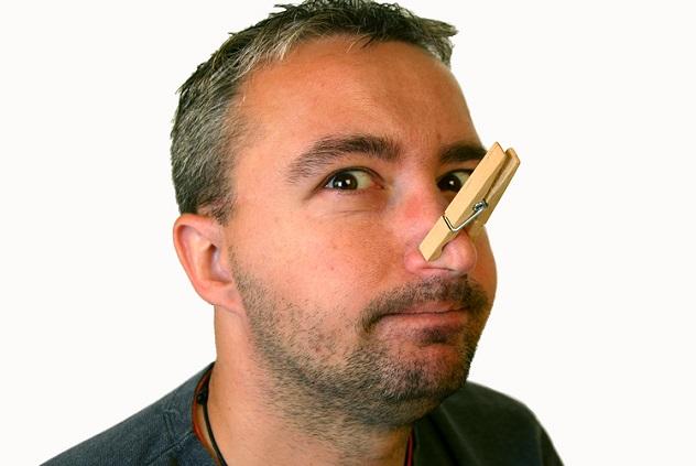 У мужчины на носу прищепка