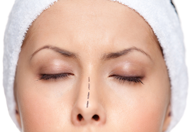 Пациентка готовится к операции на нос