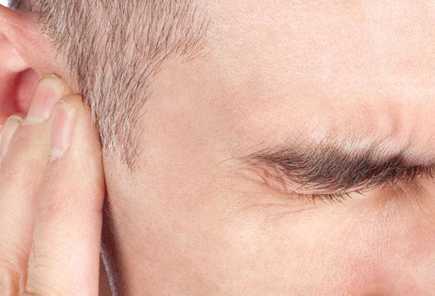 У мужчины болит ухо