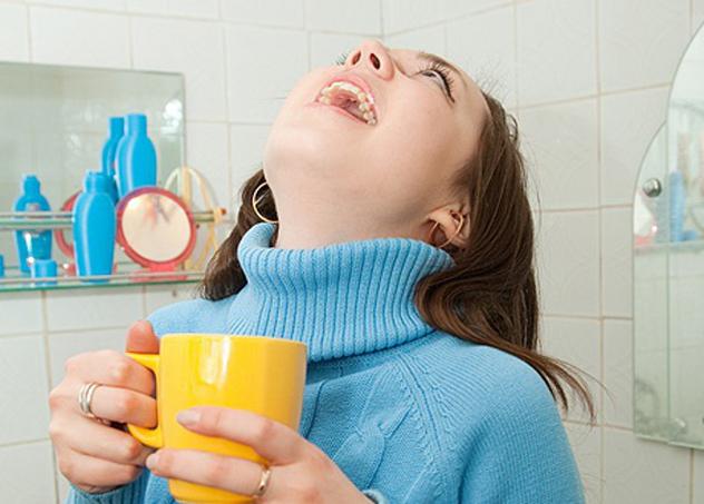 Чем и как полоскать горло при боли