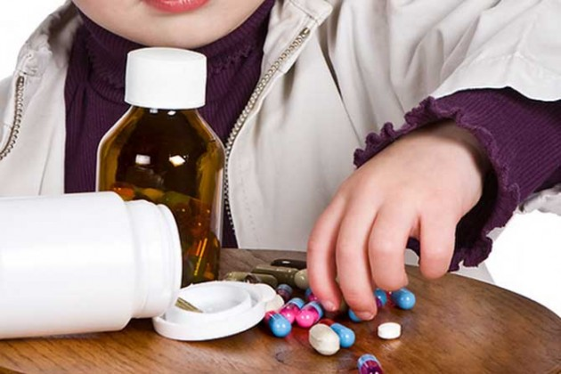 rebenok-igraet-s-tabletkami