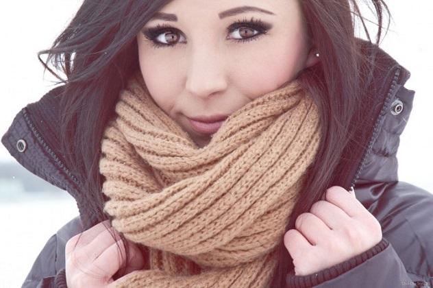 Девушка замотала шею в шарф