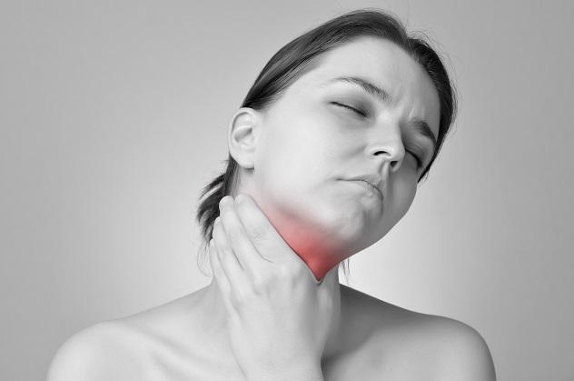 Женщина держится за больное горло