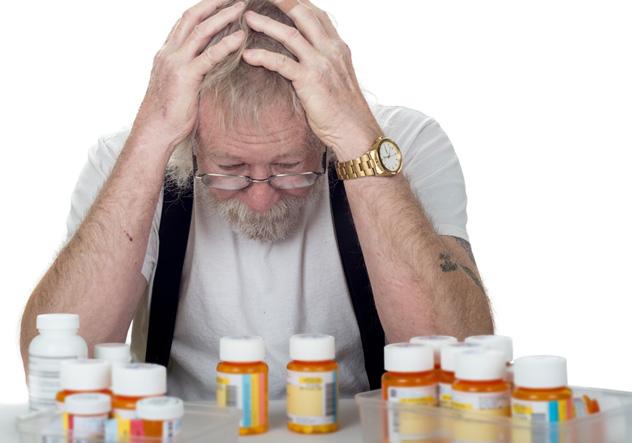 Мужчина взялся за голову и не знает какое лекарство выпить