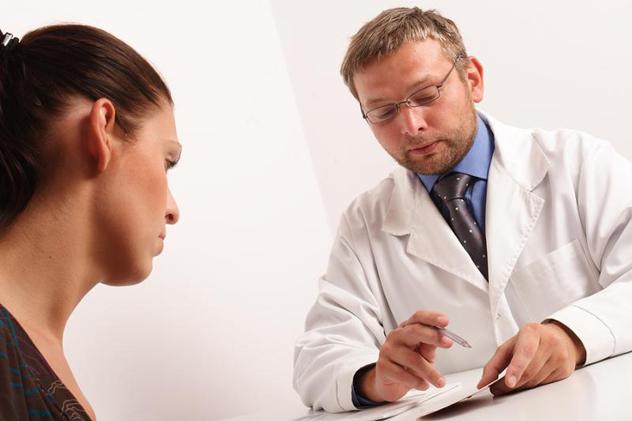 Врач выписывает пациентке рецепт