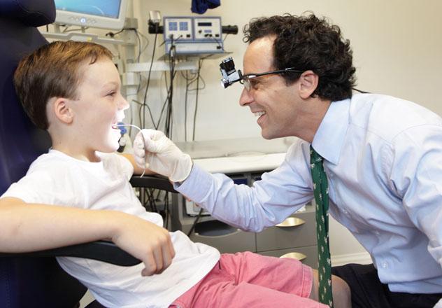 Мальчик на обследовании у ЛОР врача