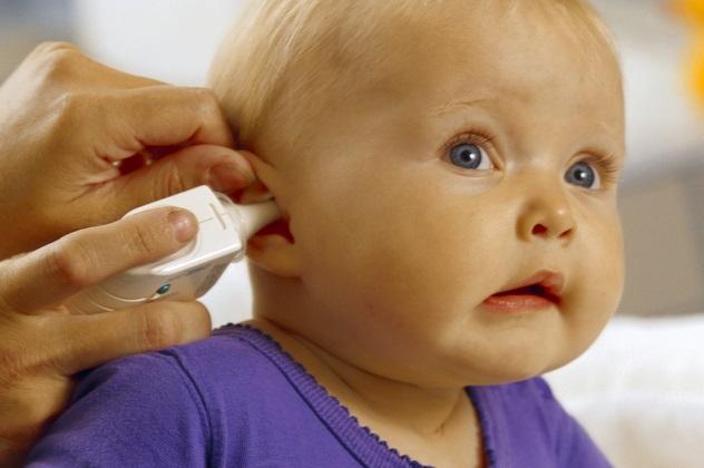 Доктор исследует ушко маленькому ребенку