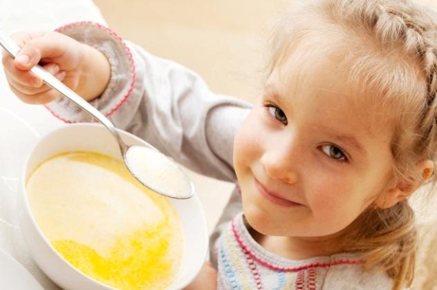 Девочка ест: диета при герпангине