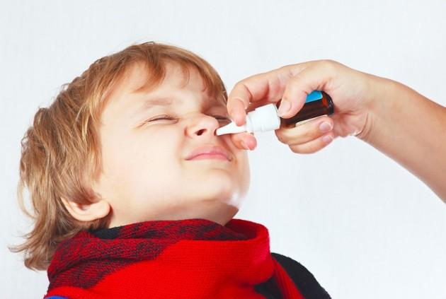 Ребенку капают в нос лекарство