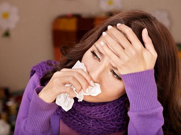 Женщина вытирает нос