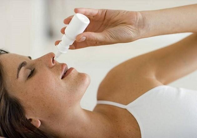 Беременная закапывает нос