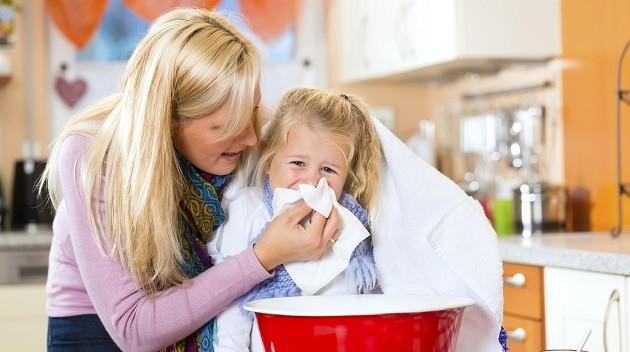 Ребенок сморкает нос после ингаляции