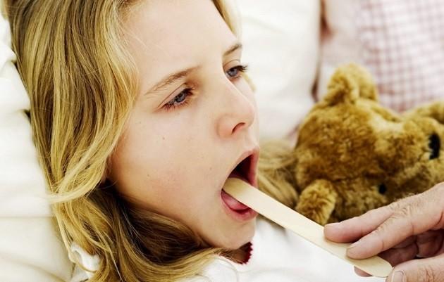 Осмотр горла ребенка врачем