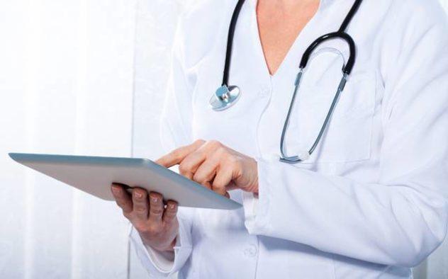 При попадании в нос инородного тела нужно срочно обратиться к врачу