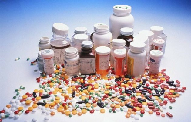 Медикаментозное лечение фронтита включает в себя применение капель и спреев для носа, антибиотиков, антигистаминных препаратов