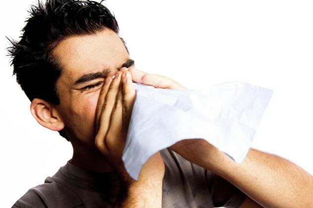 Перед закапыванием раствора следует удались слизь из носа