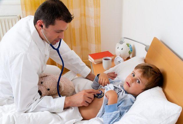 У ребенка опухли гланды и поднялась температура