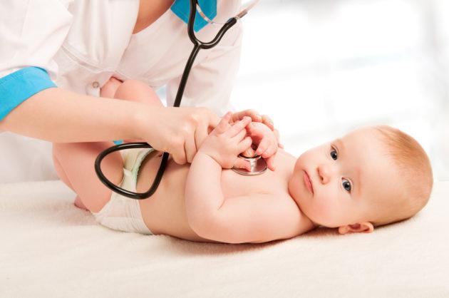 Если сопли у грудничка сопровождаются кашлем, нельзя медлить с визитом к доктору