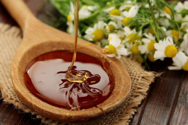 Мед и ромашка помогут при опухшем горле