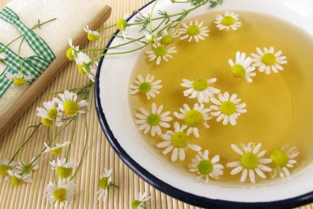 Ромашка и другие травы используются в качестве народных средств для лечения насморка
