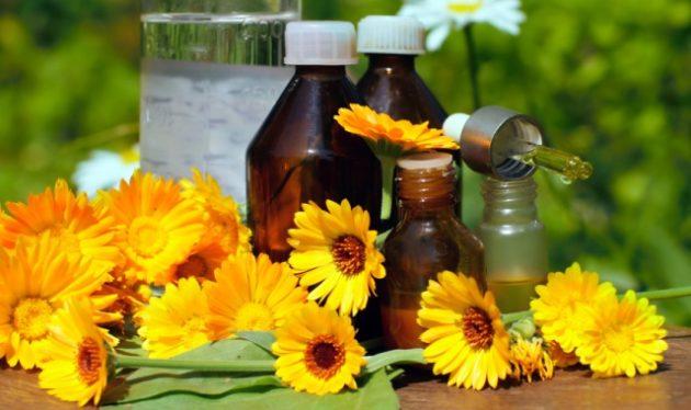 Народные методы лечения отита включают компрессы с настойкой календулы