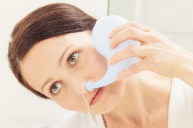 Промывание носа солевым раствором не только лечит насморк, но и является средством его профилактики
