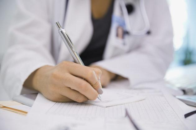 Доктор назначает лечение аллергического синусита
