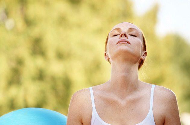 девушка дышит носом после лечения насморка с кровью