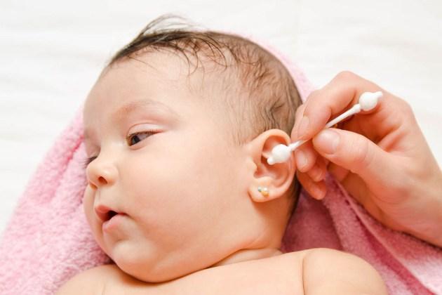 чтобы избежать заражения отитом, нужно регулярно проводить гигиену ушей