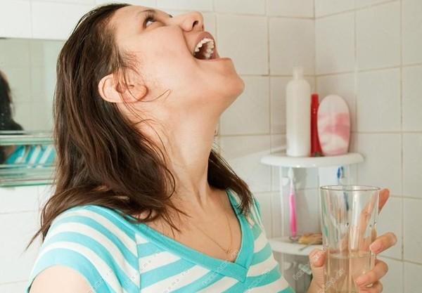 при простуде не только закапывают перекись водорода в нос, но и полощут горло