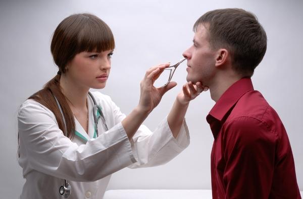осмотр носа при полипозном гайморите