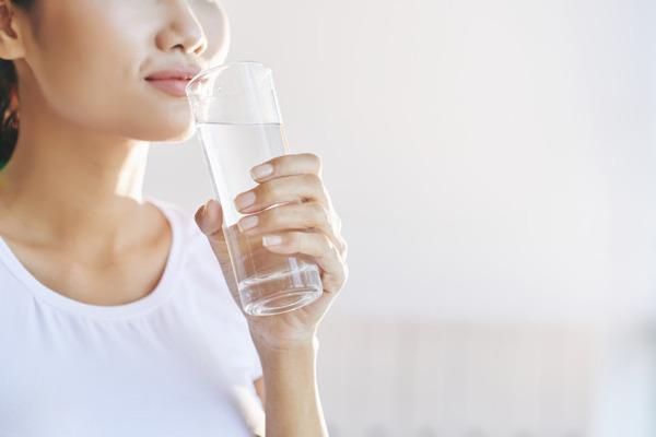 Чтобы остановить приступ кашля, нужно выпить чистую воду без газа